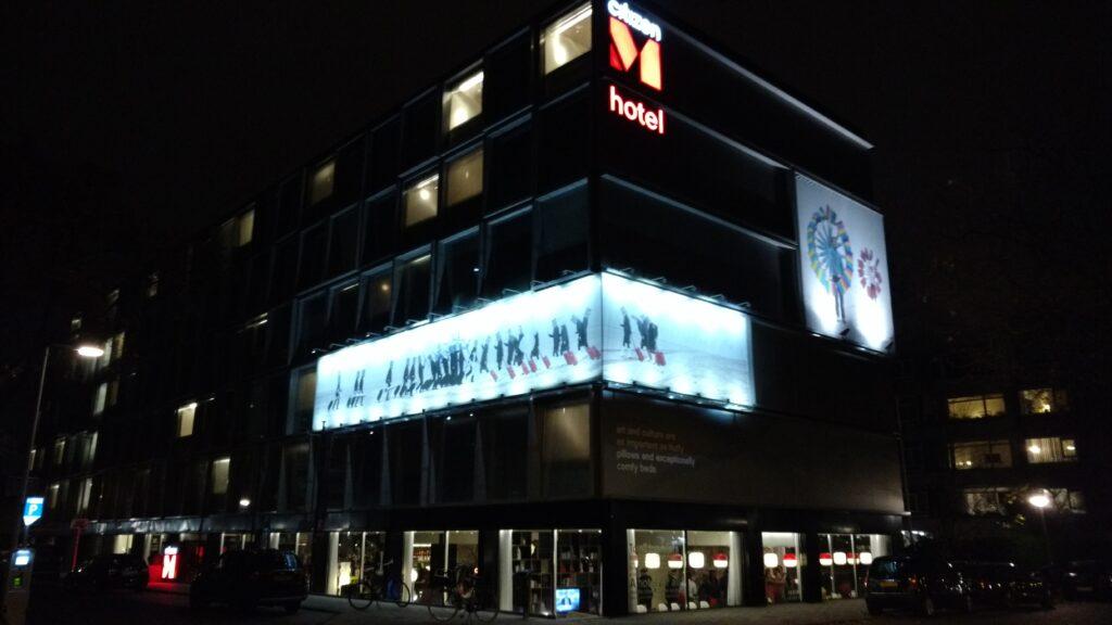 O prédio do hotel fica numa esquina à um quarteirão da estação de trem e metro. Fonte: Arquivo Pessoal