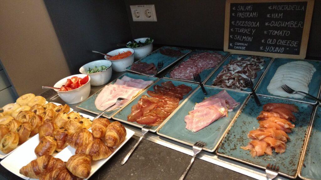 Variedades de frios e saladas do buffet de café da manhã