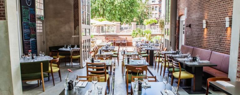 Ambiente clean e acolhedor do restaurante, que serve desde o café da manhã, ate o ultimo drink no fim da noite
