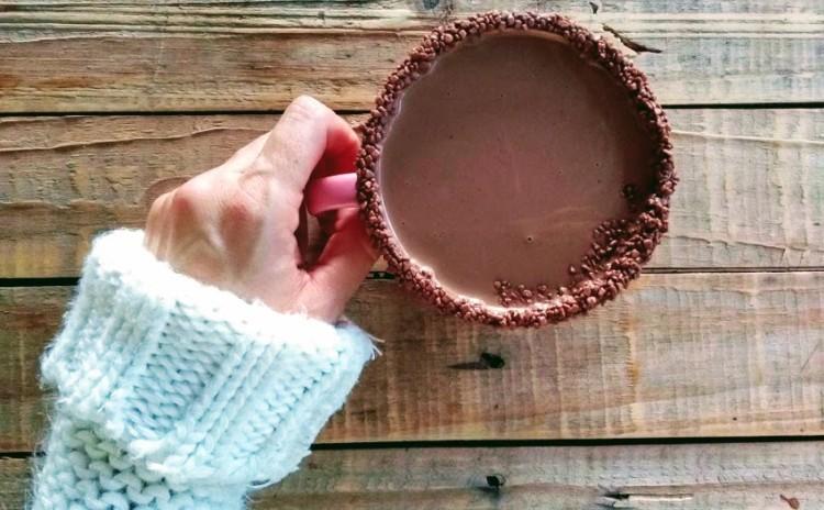 Chocolate quente cremoso com borda de granulado