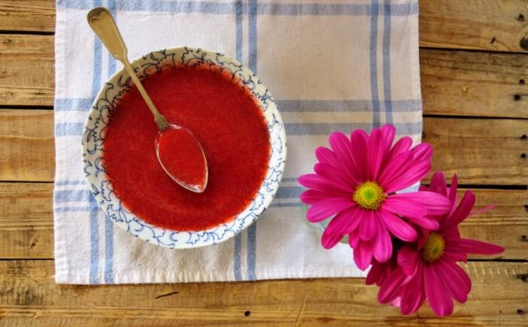 Manjar de iogurte grego e coulis de morango fácil de preparar!