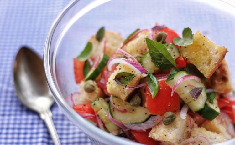 Como fazer panzanella, a salada italiana de pão com tomates?