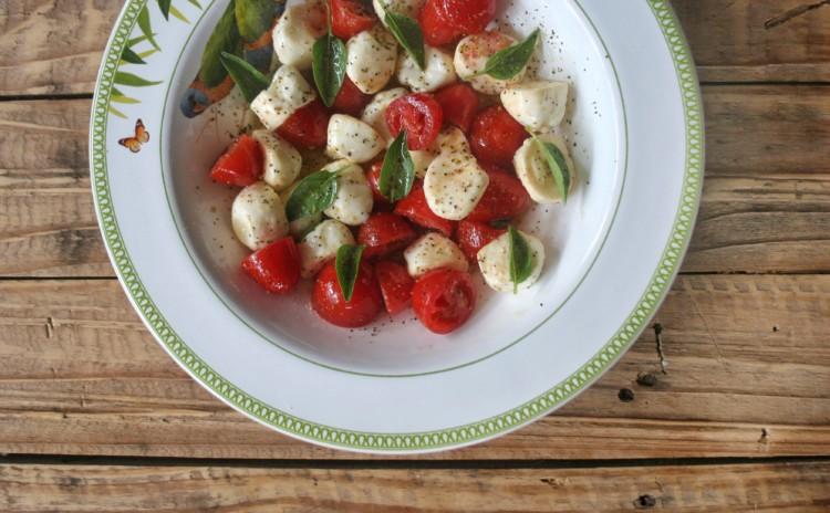 Salada Caprese com tomate cereja, muçarela de búfala e manjericão