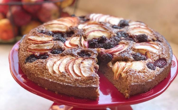 Receita de bolo de maçã com amoras para celebrar a primavera!
