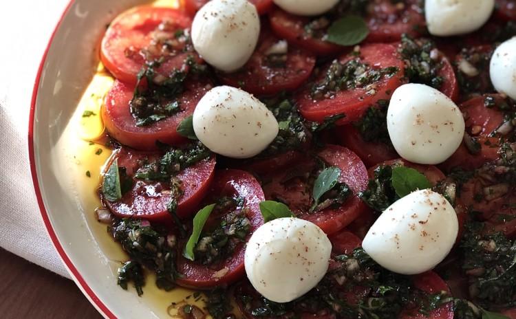 Tomates marinados em uma salada deliciosa!